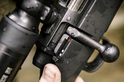 Mauser M18 on varustettu kolmiasentoisella varmistimella.